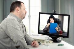 网上心理治疗家面对面与患者 库存照片