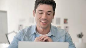 网上视频聊天在工作在创造性的男性设计师旁边 股票视频