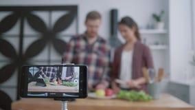 网上训练烹调有用的食物的,博客作者女孩和人教订户烹调从菜的健康食品为 影视素材