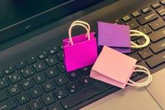 网上购物概念,在n的三个五颜六色的纸购物袋 免版税图库摄影