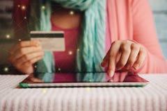网上购物,有在手中支付或预定在互联网的信用卡的少妇 免版税库存图片