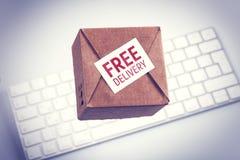 网上购物,电子商务:在膝上型计算机键盘的纸箱 免版税库存照片