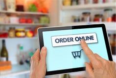 网上超级市场购物片剂用手 免版税库存照片