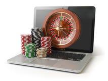 网上轮盘赌赌博娱乐场概念 有轮盘赌和赌博娱乐场的膝上型计算机 免版税库存照片