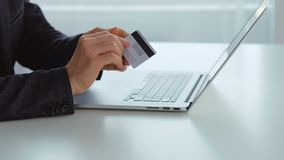 网上金钱贷款人类型信用卡数据膝上型计算机 股票视频