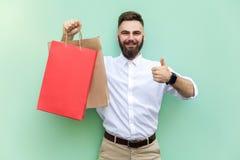 网上购物或银行业务 年轻成人商人赞许和看照相机和暴牙的微笑 免版税库存照片