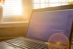 网发展在HTML代码里面的词组ASCII艺术 日落光的网络开发商工作场所 图库摄影