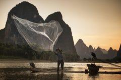 网和渔与鸬鹚在河丽江 免版税库存照片