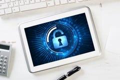网安全和技术概念与片剂个人计算机在木桌上 库存照片