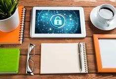 网安全和技术概念与片剂个人计算机在木桌上 免版税库存图片