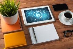 网安全和技术概念与片剂个人计算机在木桌上 库存图片