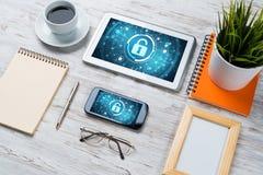 网安全和技术概念与片剂个人计算机在木桌上 免版税库存照片