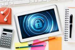 网安全和技术概念与片剂个人计算机在木桌上 图库摄影
