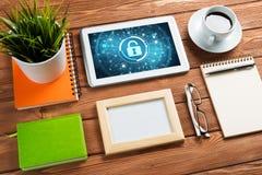 网安全和技术概念与片剂个人计算机在木桌上 免版税图库摄影