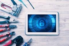 网安全和技术概念与片剂个人计算机在木选项 免版税库存图片