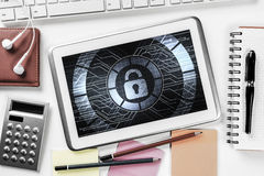 网安全和技术概念与片剂个人计算机在木选项 库存图片