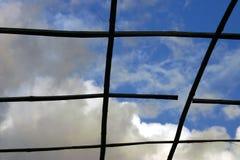 网格被看见的天空 免版税库存照片