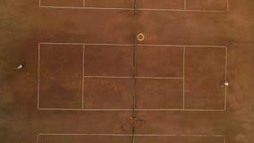 网球体育精神、纯熟球员男孩和女性猛撞的戏剧网球和球在红色法院的网 影视素材