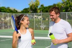网球体育-在打比赛以后结合放松 免版税库存图片
