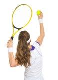 网球员准备服务球。 背面图 免版税库存图片