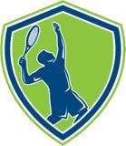 网球员剪影减速火箭服务的盾 免版税图库摄影
