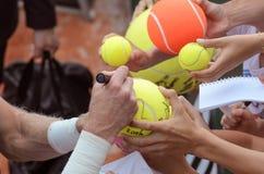 网球员在胜利以后签署题名 免版税库存图片