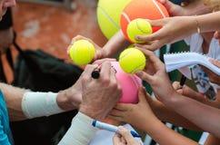 网球员在胜利以后签署题名 库存照片