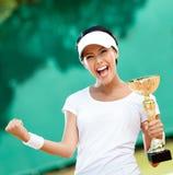 网球员夺得了杯 免版税库存照片
