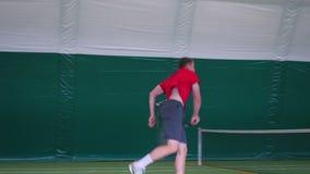 网球员控并且投掷命中的球在法院 股票视频