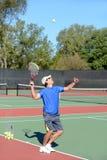 网球员服务 免版税图库摄影