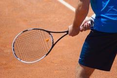 网球员等待的球拍 免版税库存照片