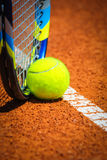 网球和球拍在法院 免版税图库摄影