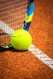 网球和球拍在法院 免版税库存照片