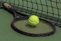 网球和球拍 免版税库存照片