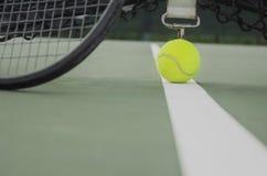 网球在有球拍特写镜头的网球场 免版税库存图片