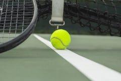 网球在有球拍的网球场在线 库存图片