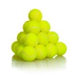 网球在白色背景的运动器材 库存图片