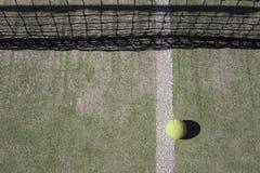 网球在网附近说谎 免版税库存图片