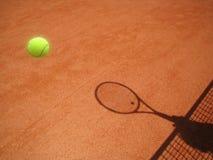 网球场净额和与球(30)的球拍影子 免版税库存图片