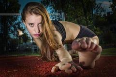 网球场的芭蕾舞女演员 免版税图库摄影