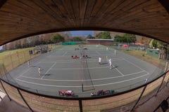 网球场观众的立场比赛概览 免版税库存照片