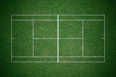 网球场,与空白线路的绿草从顶视图 库存图片