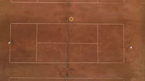 网球场,纯熟对手人和女孩戏剧猛撞的体育比赛和球在红色法院的网 影视素材