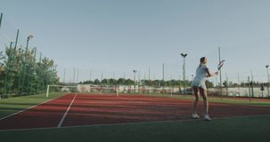 网球外部,演奏专家的两名sportiv妇女满垒在网球场的 股票视频