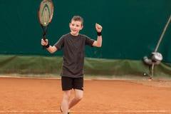网球孩子比赛 免版税库存图片
