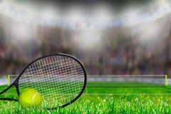 网球拍和球在草地网球场与拷贝空间 免版税库存照片