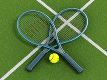 网球拍和球在草地网球场 免版税库存图片