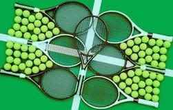 网球拍和球 网球学校 免版税库存照片
