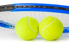 网球拍和球 免版税库存图片