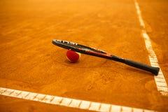 网球拍和球 库存图片